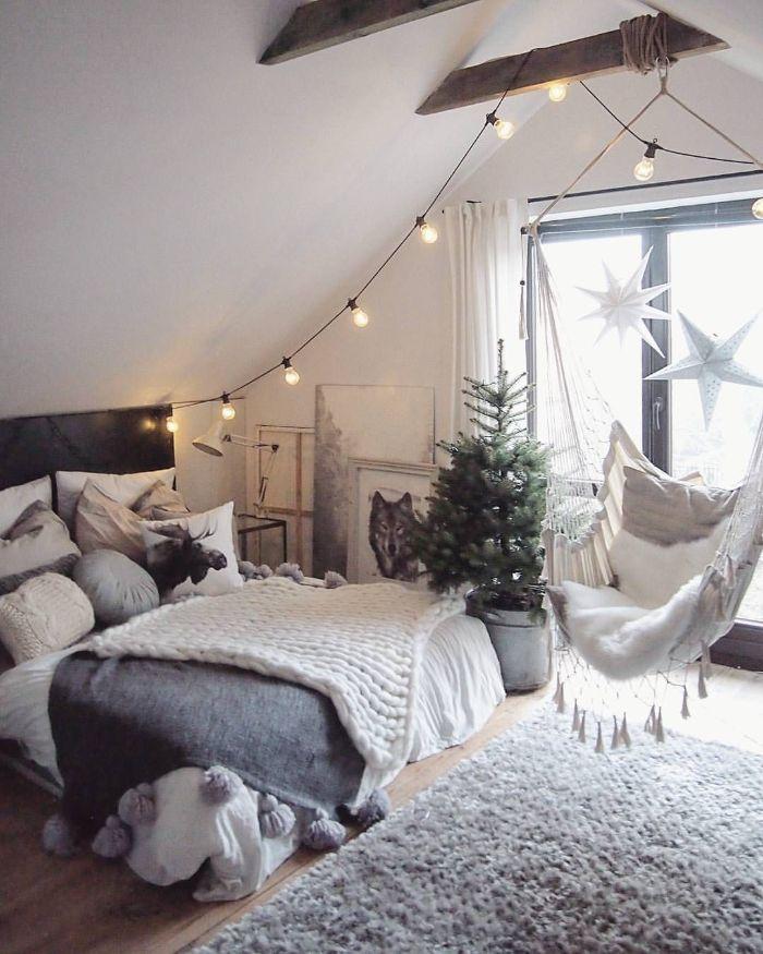 deco melange rustique et moderne scandinave deco chambre sous comble poutres apparentes balancoire suspendu lit décoré de linge gris et blanc guirlande d ampoules