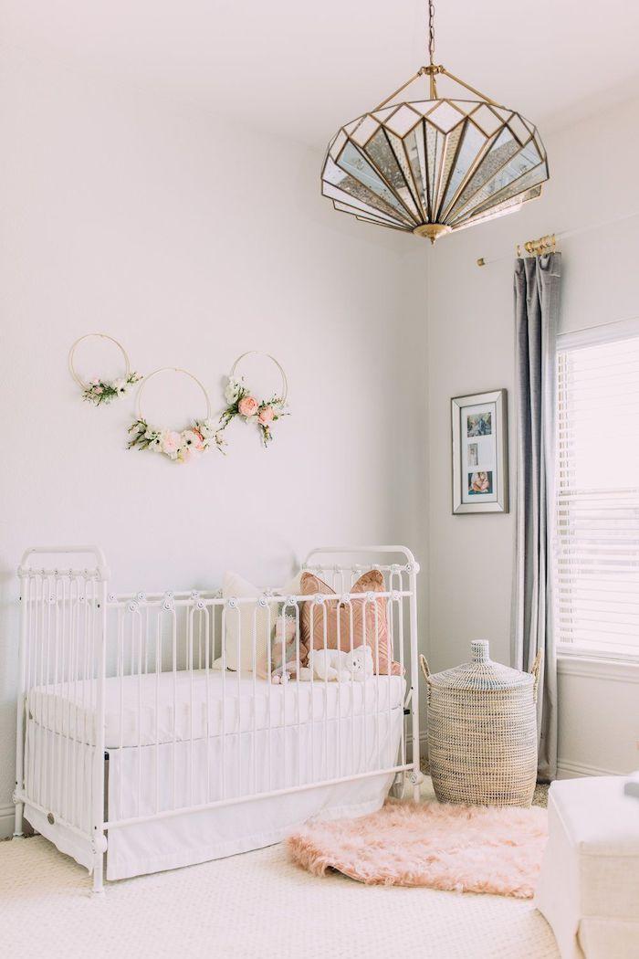 deco murale de couronnes de fleurs diy lit à barreaux bébé blanc panier aa linge tressé tapis moelleux chambre bébé fille déco cocooning en blanc et rose