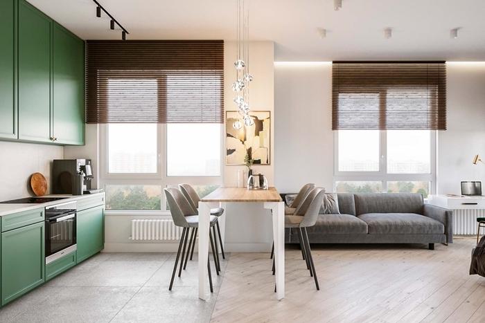 deco petit appartement moderne petite cuisine en longueur meubles haut vert crédence blanche table îlot blanc et bois