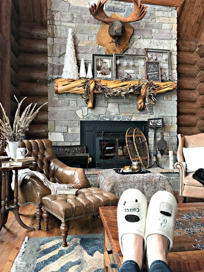 deco rustique avec étagère rustique cheminée de pierre étagère bois fauteul et cuir maison de montagne deco chalet