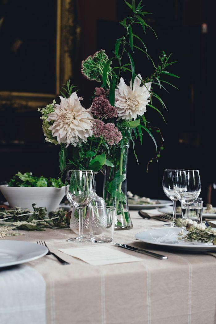 deco table anniversaire avec des fleures dans des vases salade verte dans un bol et une nappe beige