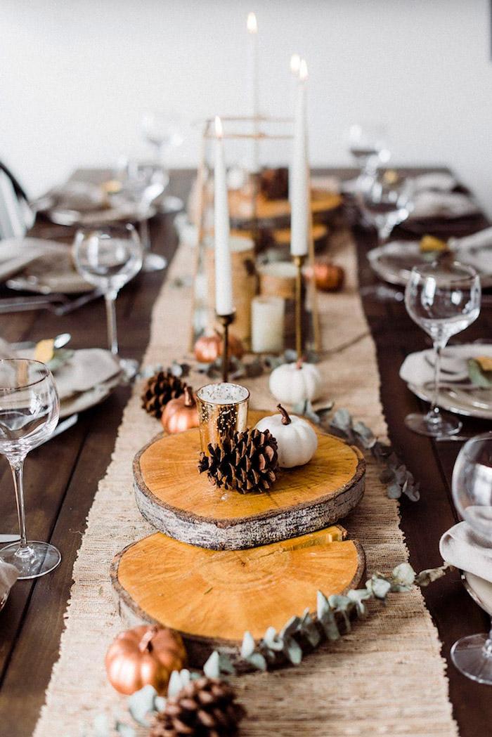 deco table champetre avec des tranches de tronc des petites citrouilles et cones de pin idee d action de graces