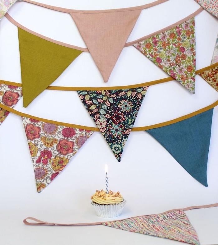 decoration anniversaire originale idée couture déco guirlande à fanions diy en chutes de tissu colorées