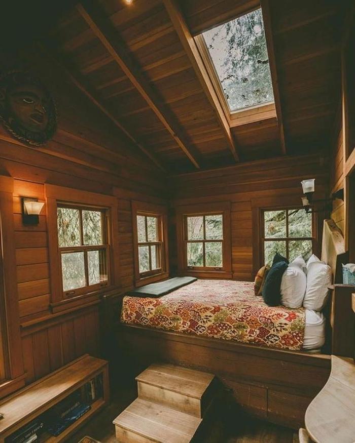 decoration de chambre sous pente dans chalet montagne avec lit sur estrade de bois maison rusitque chic