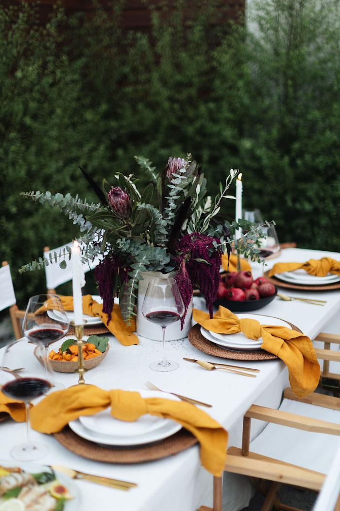 decoration de table originale en style automnale avec des nappes oranges et pomegranates dans un bol