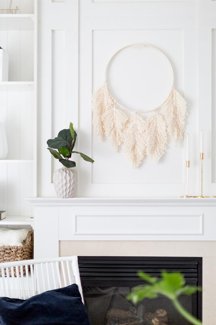 decoration salon blanc avec cheminee plantes vertes interieur diy couronne de plume macrame en laine activite manuelle tuto macrame mural