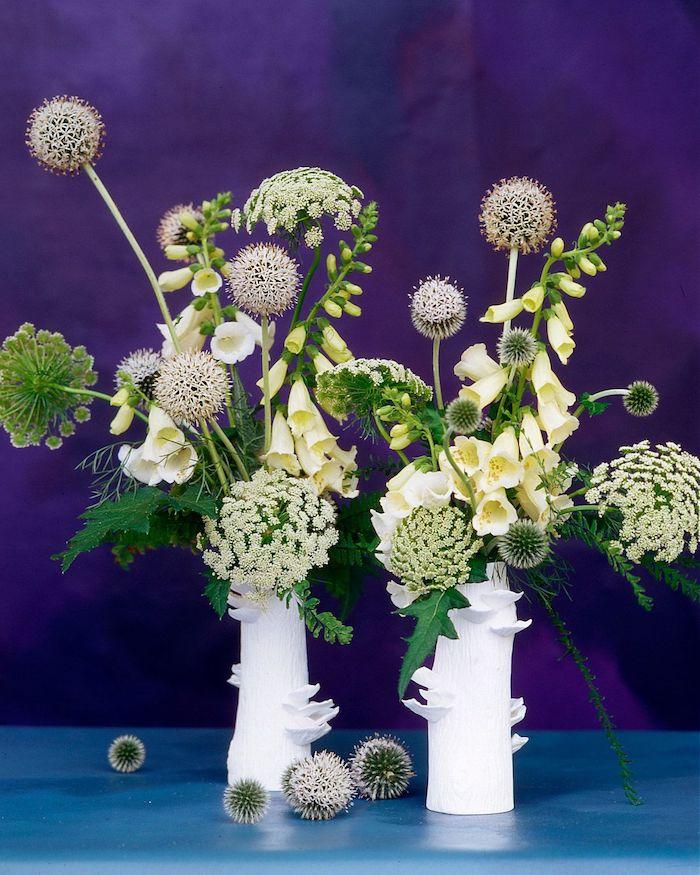 des bouquets pour decorqtion de la table de brunch sur une table bleue au fond violet idee brunch maison simple