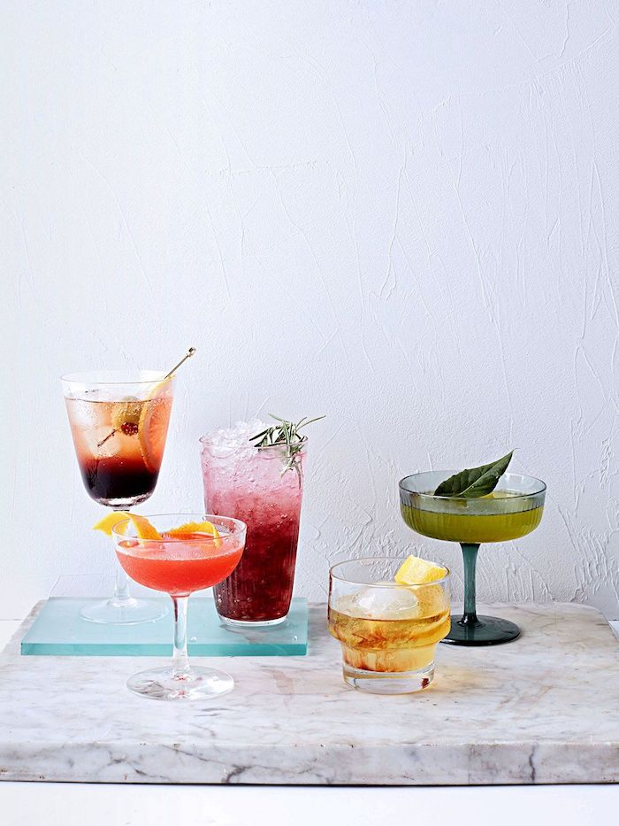 des differents cocktails pour un brunch sur une table de marbre negroni mojito e cosmopolitan