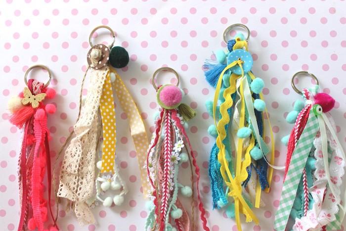 des porte clés maison en chutes de tissus et rubans colorés idée que faire avec du tissu