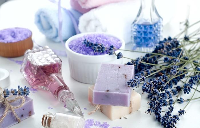 des produits cosmetiques a la base de lavande des savons parfums et sels que faire avec de la lavande