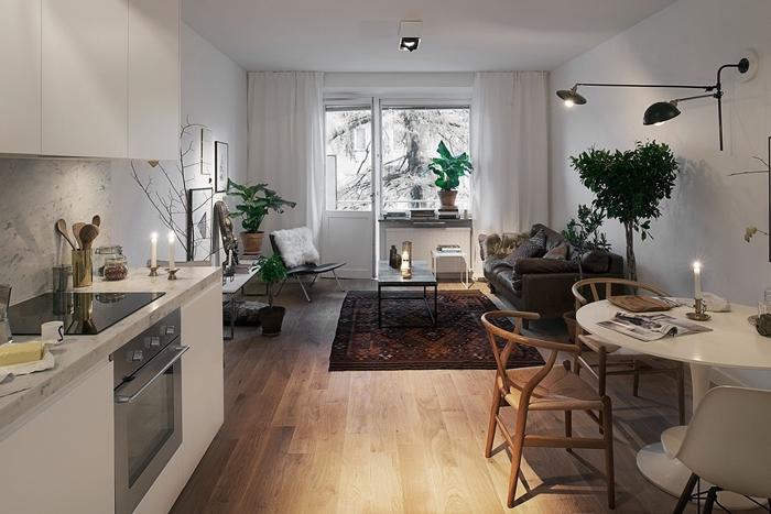 design intérieur idée aménagement studio étudiant rideaux blancs petite cuisine équipée crédence marbre chaises bois