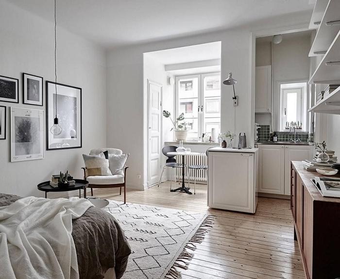 design intérieur style minimaliste tapis franges lit cocooning petite cuisine ouverte crédence carrelage vert foncé