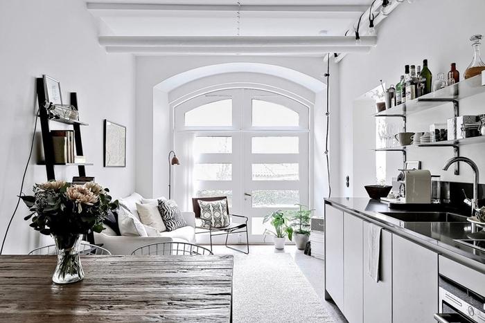 design intérieur style scandinave plan de travail noir étagère verre aménagement petit studio cuisine longueur