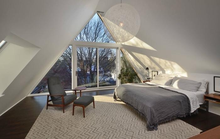 design minimaliste tapis blanc et gris motifs géométriques suite parentale sous comble meuble chevet bois et noir