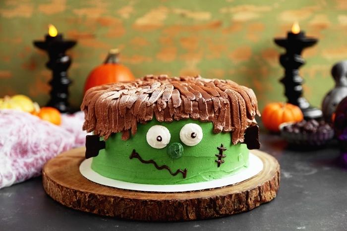 dessert en forme de monstre halloween glaçage vert yeux monstre en sucre meringue cheveux au chocolat fondu