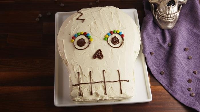 dessert halloween facile à préparer recette gâteau vanille chocolat fondu cookies dessert en forme de crâne crème blanche