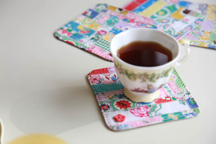 dessous de verre diy fabriqué en bandes de tissu colorées cousues ensemble diy tissu original cadeau fete des meres a gaire soi meme
