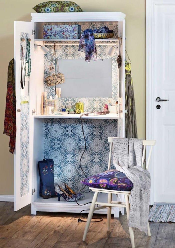 detournement meuble ikea avec du papier peint en carreaux et figures bleues une chaise blanche beaucoup d affaires dans l armoire