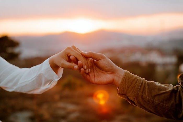 deux mains devant le soleil qui se couche esthetique fannee et romantiaue le plus beau fond d ecran du monde