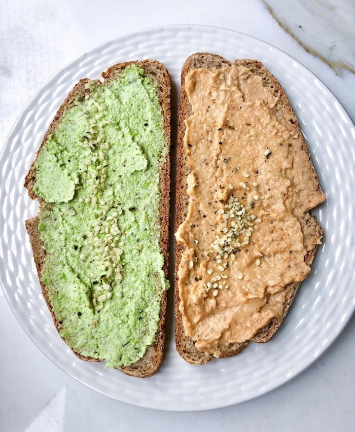 deux tranches de pain tartines avec pate de houmous vert et un autre avec de poivron
