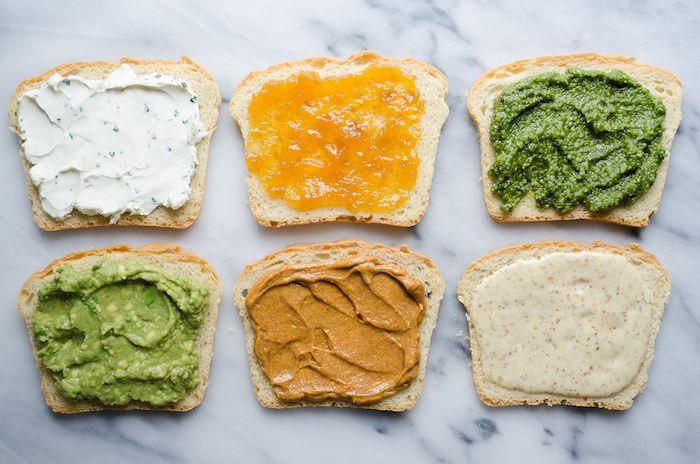 differentes pates a tartiner sur tranchees de pain au comptoir en marbre