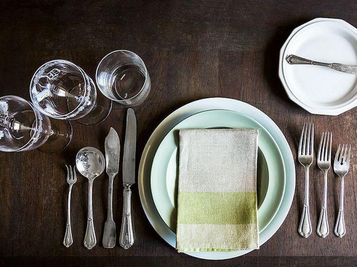 disposition couverts table francais trois verres deux assiettes et couverts argentins une petite assiette et couteau a beurre