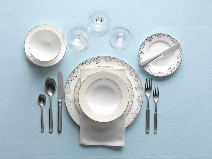 disposition des couverts table francaise avec assiette et tartineur de beurre verrres de vin de d eau tasse a cafe et soucoupe