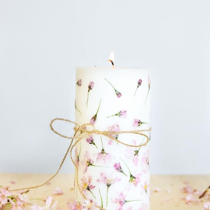 diy bougie aromatique avec empreintes fleurs pressées ficelle jute deco fleurs sechees objet diy facile presse fleur