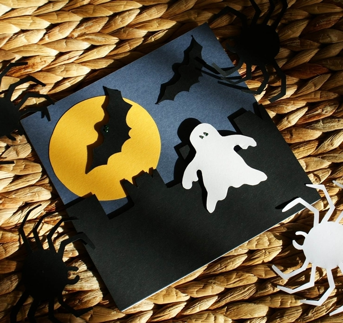 diy carte papier noir silhouette paysage nocturne activité manuelle halloween pleine lune papier jaune chauve souris papier