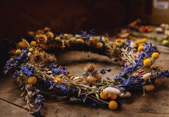 diy couronne fleurs sechees fabrication activité manuelle automne facile et rapide création plantes branches séchées technique