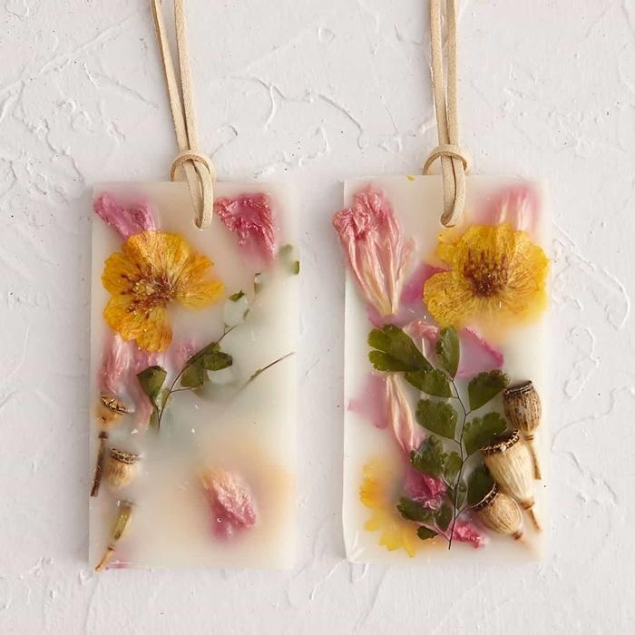 diy création avec fleurs séchées déco originale cadeau diy fête des mères savon herbes et fleurs pressées corde