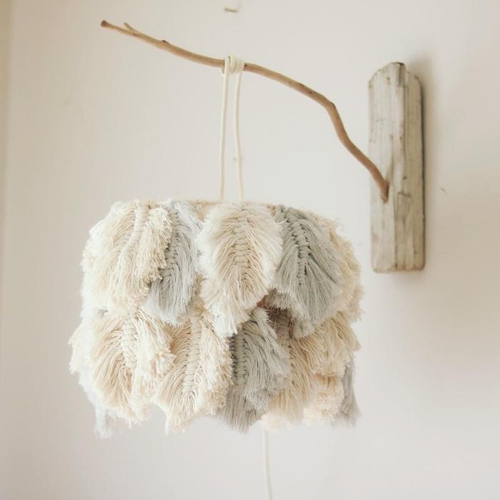 diy lampadaire macramé avec feuilles en corde décoration macramé facile branche bois morceau bois fil macramé