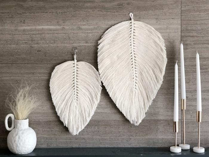 diy macramé facile à réaliser avec corde macramé plume en corde macramé noeud plat bougeoirs blancs vase blanc