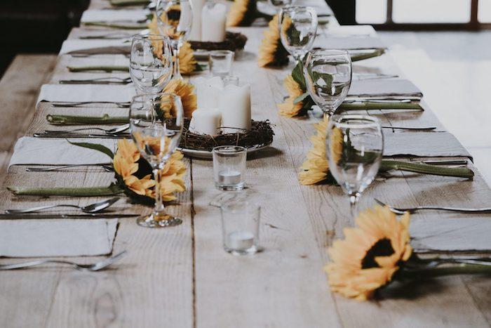 dressage de table ordre des verres et des nappes sur une table en bois rustique decore de tournesols