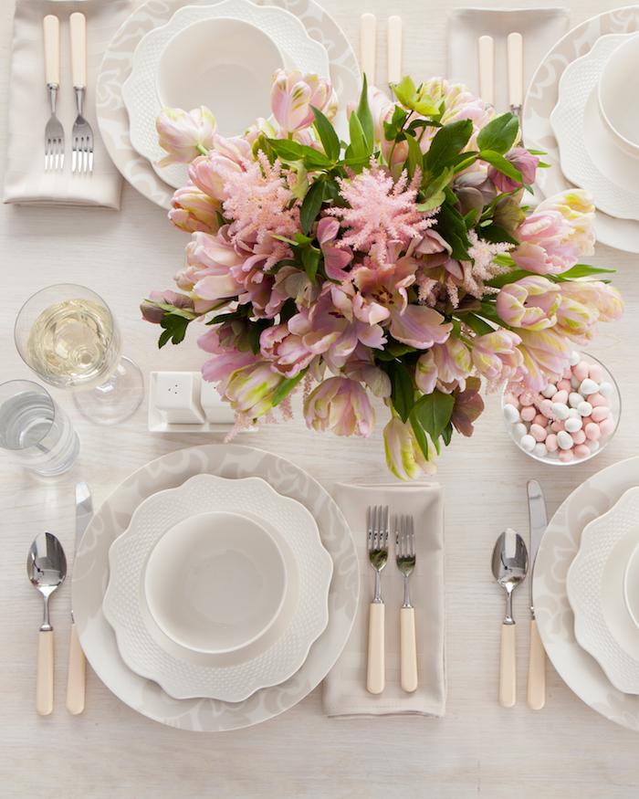 dressage de table ordre des verrres decoree avec des fleures roses et des petits bonbons dans une tasse