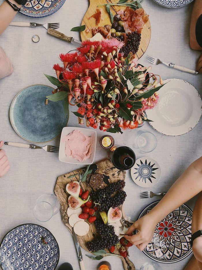 dresser une table a la francaise avec des assiettes multicolores et un plateau avec frommages fruits et pain