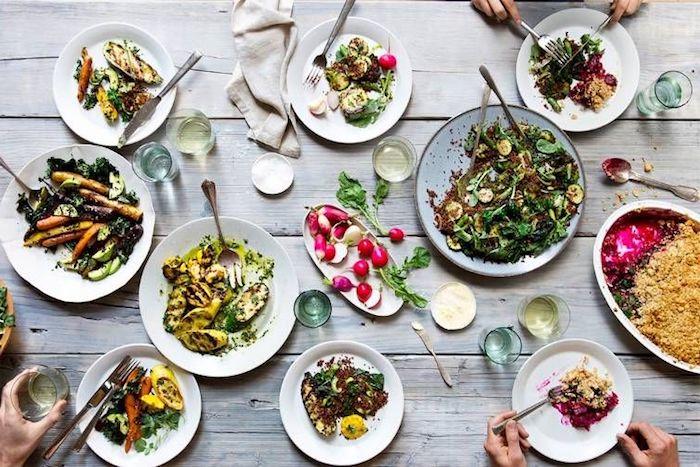 dresser une table a la francaise un diner servi a prtager buffet delicieux informel avec des radis salade et legumes grilles