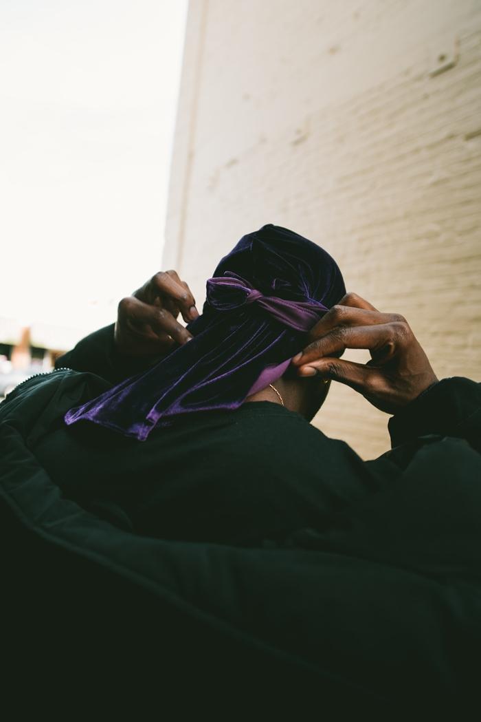 durag violet accessoire cheveux coiffure styliser chevelure homme bijoux collier or vêtements streetstyle