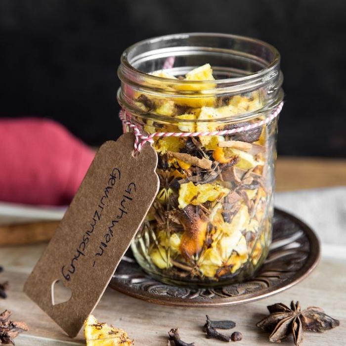 écorces d agrumes séchées peau d orange et de citron avec épices de noel anis étoilé clous de girofle et autres ingredients de noel