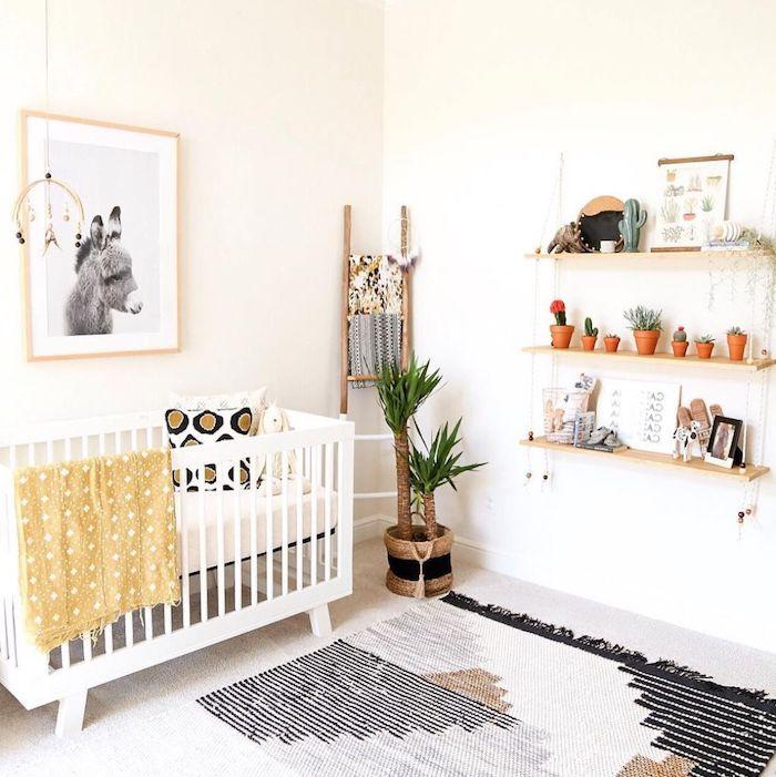 étagères de bois décorées de bois et autres objets deco lit bébé blanc échelle bois décorative tapis original en blanc noir et marron deco murale de cadres