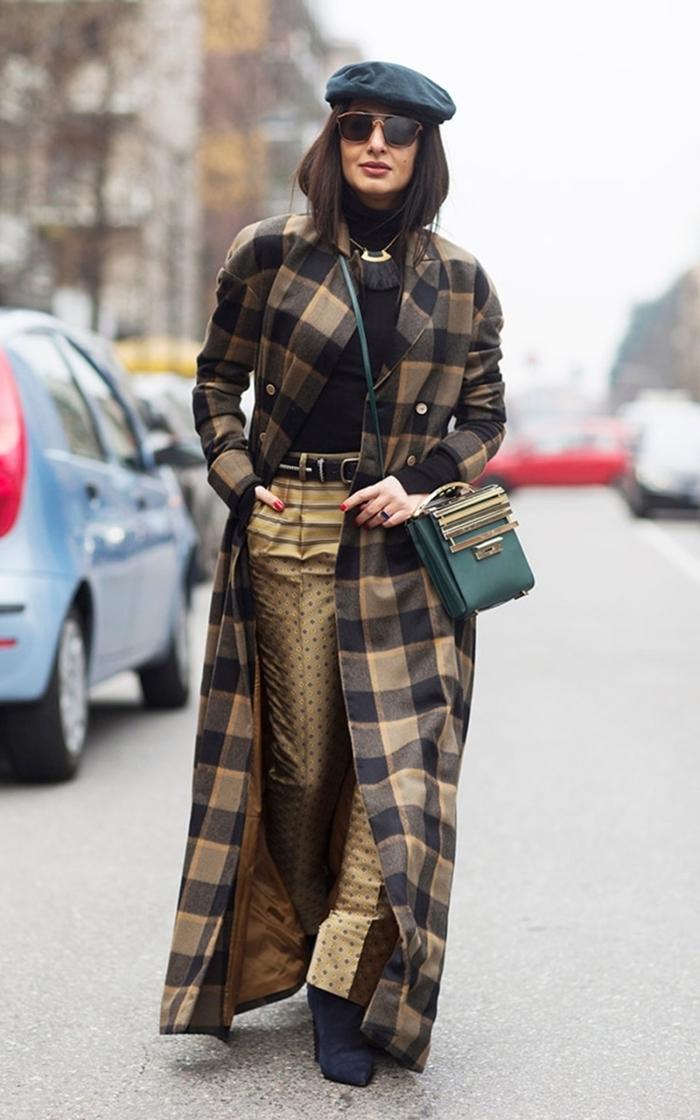ensemble femme chic pantalon fluide doré ceinture noire pull accessoires colier franges bohèmes béret noir lunettes soleil
