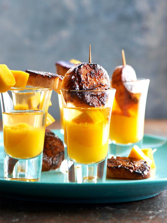 escalopes grillées servies avec du jus de mangue idée recette verrine apéro simple et originale