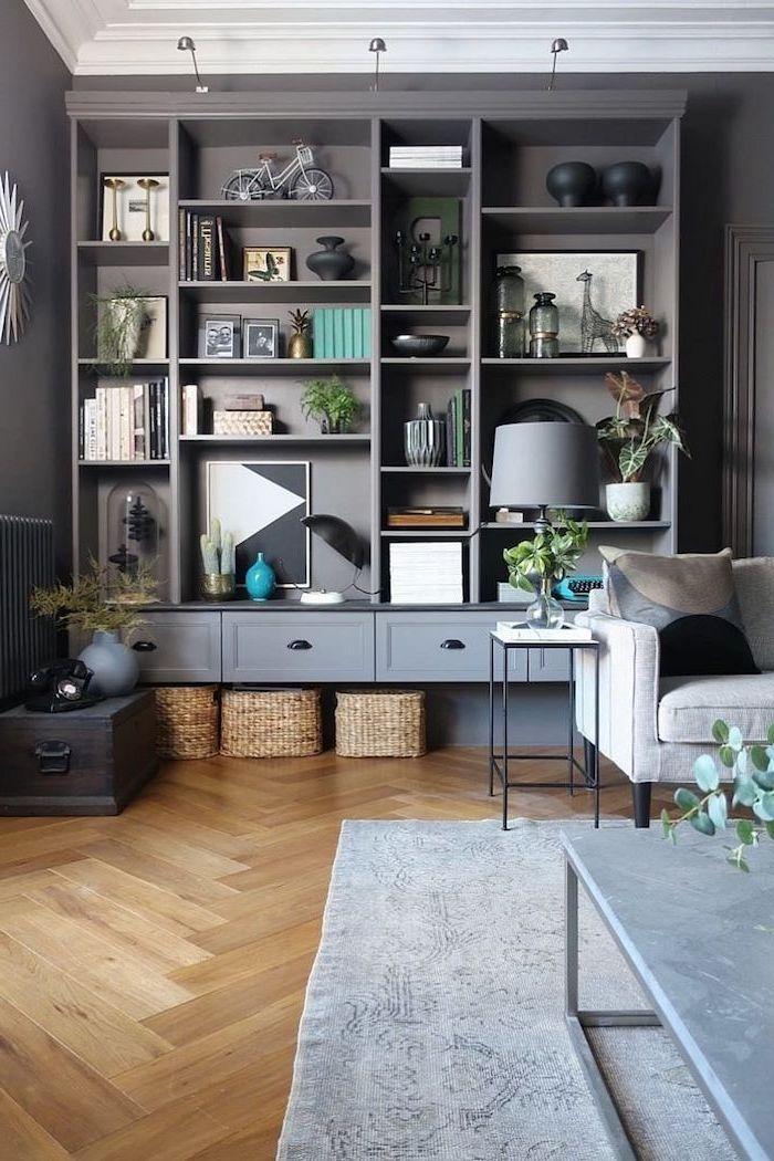 etagere billy relooker un meuble en bois dans la salle de sejour bibliotheque gris sur le parquet avec du tapis et une table basse