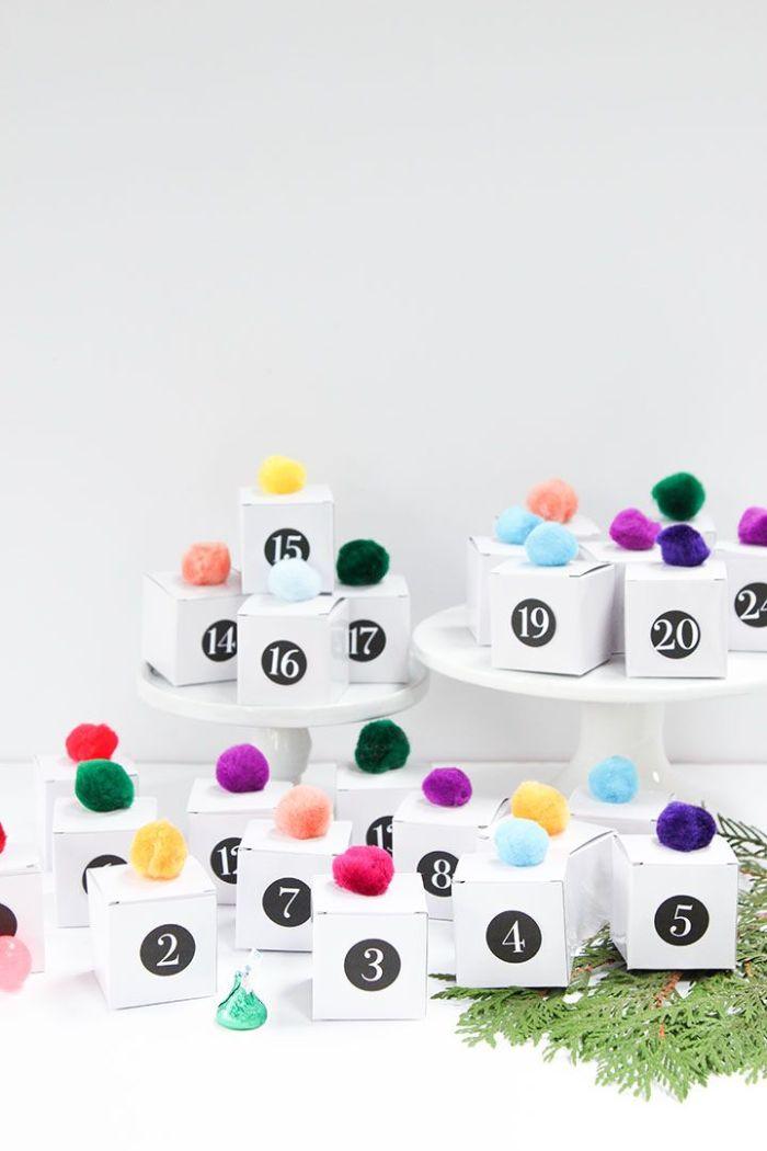 exemple calendrier de l aventà fabriquer soi meme en boites d ecarton décorées de pompons colorées
