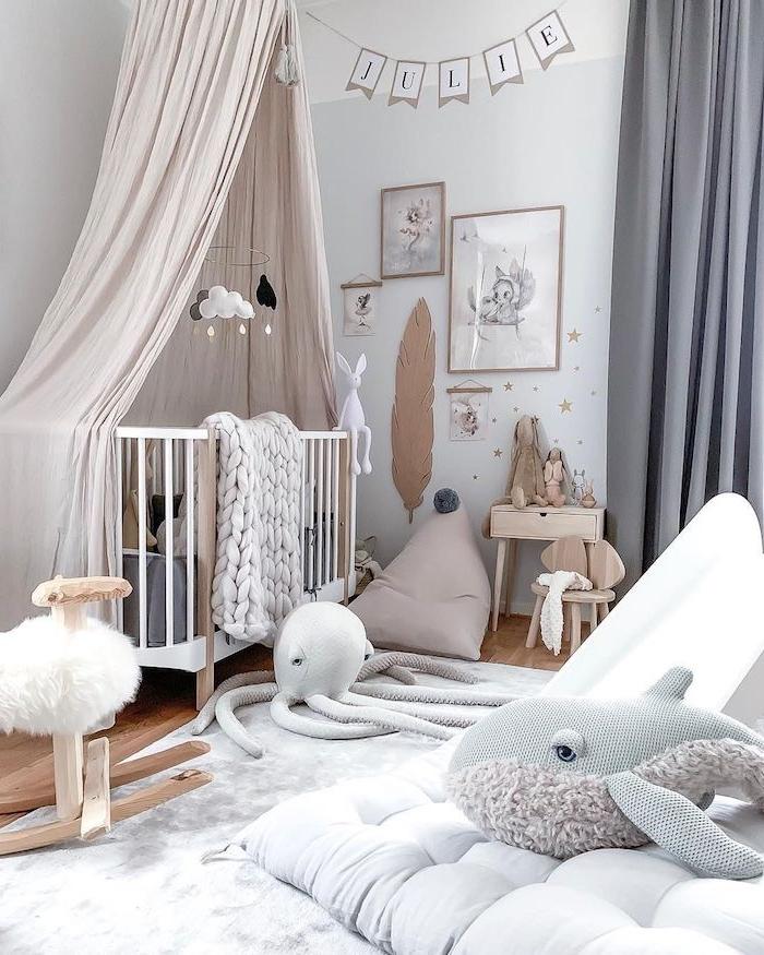 exemple de chambre bébé cocooning coussind assise grise lit cocooning avec ciel de lit jouets bord de mer