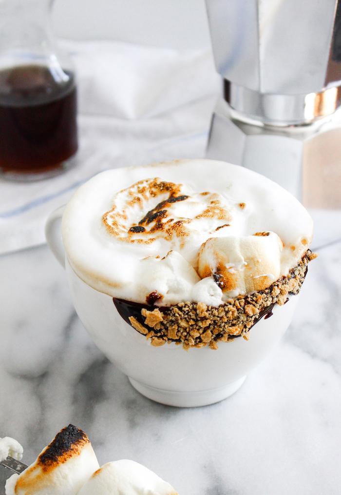 exemple de latte maison à la guimauve avec des noisesstes grillées sur chocolat