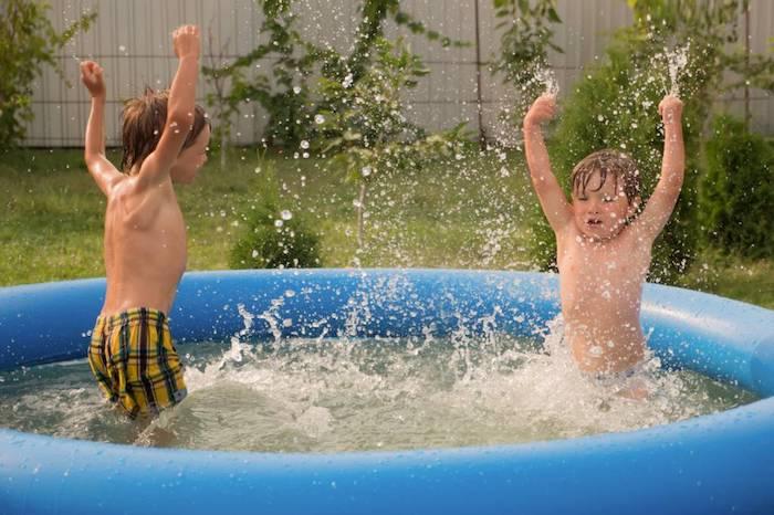 exemple de petite piscine hors sol pour votre jardin des enfants qui jouent dans la piscine