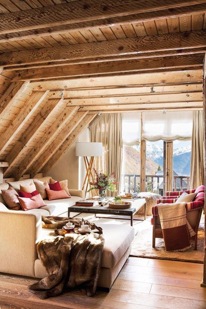 exemple deco chalet montagne avec canapé gris clair tapis moelleux plaid animal murs de bois brut parquet bois rustique