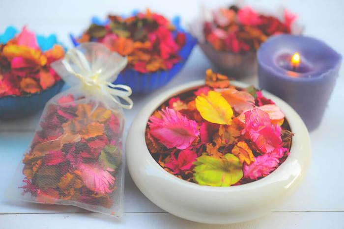 exemple pot pourri decoration florale de pétales de fleurs et de feuilles colorées dans sachet transparent