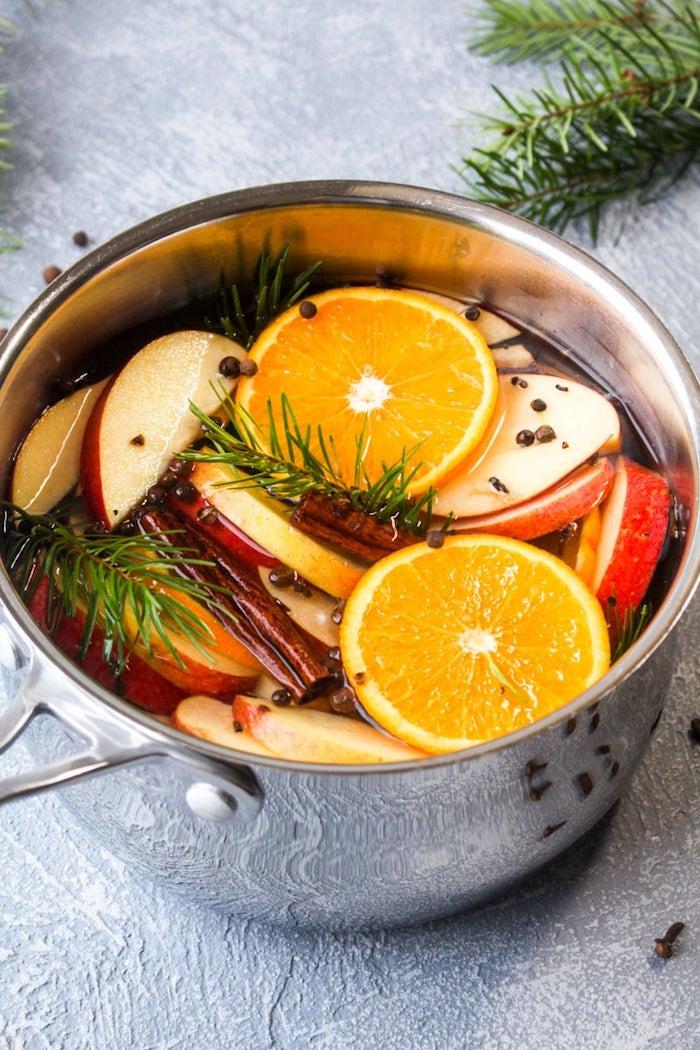 exemple pot pourri maison avec des oranges pommes cannelle et autres ingredients dans casserole